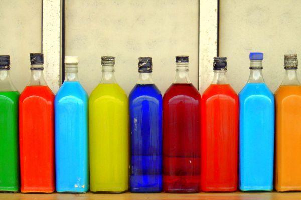 Cómo hacer centros de mesa usando botellas de salsa recicladas. Ideas para reciclar botellas de salsa. Qué hacer con botellas de salsa