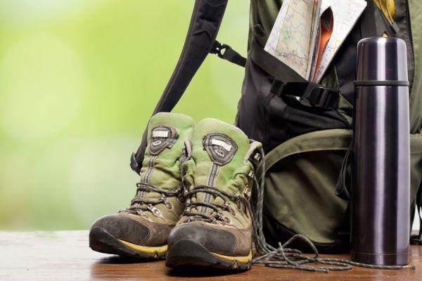 Lista de elementos para llevar en la mochila. qué llevar en la mochila para una acampada. Empacar cosas en la mochila para un campamento