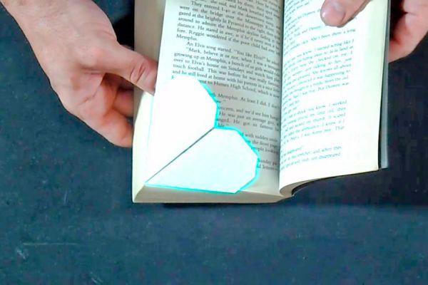 Pasos para crear un señalador de libros con forma de corazón. Tips para hacer un señalador para libros. Video para armar un señalador de libros