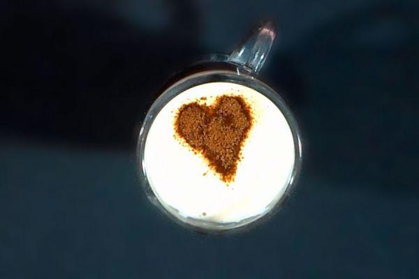 Idea para servir una taza de café con un dibujo. como decorar el café al servirlo. Tip para hacer dibujos sobre una taza de café. Cómo decorar el café