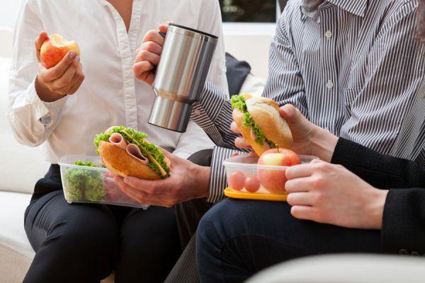 Menú saludable para llevar al trabajo. Aprende cómo comer más sano en la oficina. Tips para alimentarte bien en el trabajo.