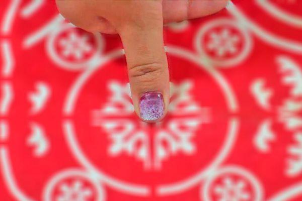 Pasos para pintar la uñas con efecto difuminado de dos colores. Cómo pintar las uñas con esponja. Efecto esfumado en las uñas con esponja
