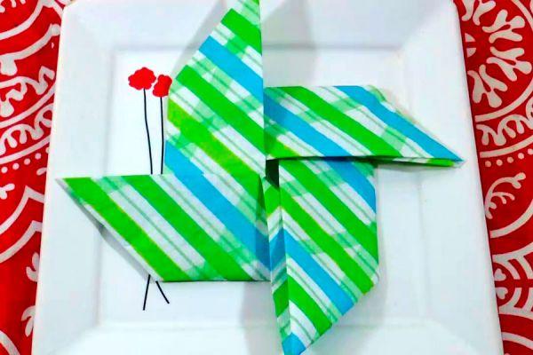 Pasos para doblar una servilleta y darle forma de molinillo. Cómo presentar las servilletas con formas. Servilletas dobladas para decorar la mesa