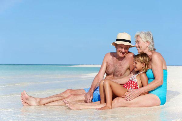 Cómo ir de vacaciones con los nietos. Consejos para organizar un viaje con los nietos. tips para llevar de vacaciones a los nietos