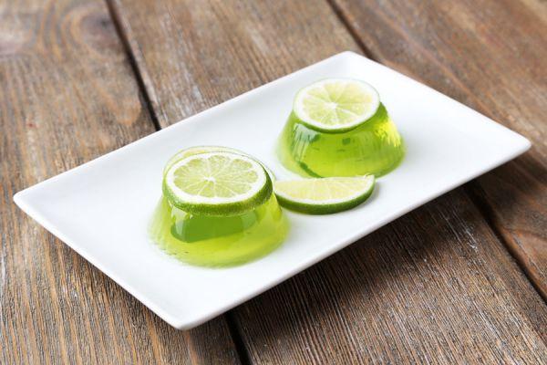 Receta para preparar gelatina de mojitos. Cómo hacer gelatina de ron. Ingredientes para hacer gelatinas de mojitos sobre cáscaras de lima