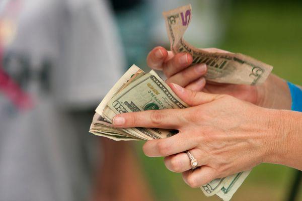 Evita comprar dólares en la calle cuando vayas de viaje