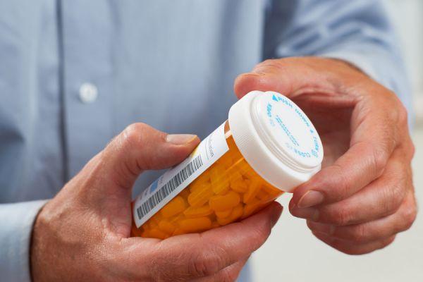 Cómo consumir medicamentos de forma segura. Bebidas para tomar junto con los remedios. Se puede consumir farmacos con café, leche o jugos?