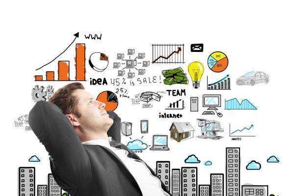 Hombre pensativo analizando los objetivos logrados y metas profesionales