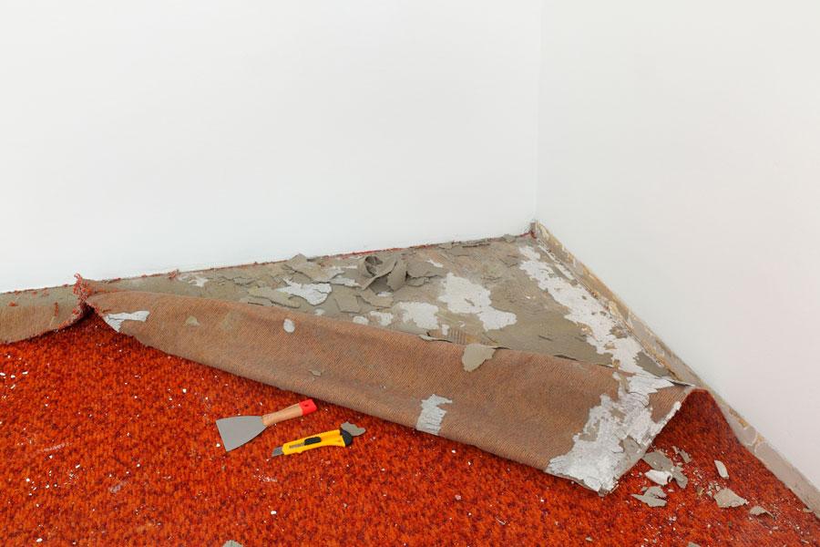C mo quitar una alfombra for Como quitar las manchas del piso del bano