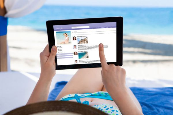 Tips para aprovechar las redes sociales en un viaje. Usos útiles de las redes sociales durante las vacaciones. Uso de facebook en vacaciones