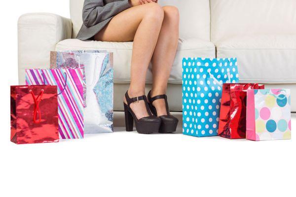 Mujer con bolsas de compras. En un tour por Miami encontrarás muchas ofertas.