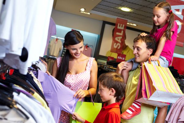 Familia disfrutando de un viaje de compras por Miami.