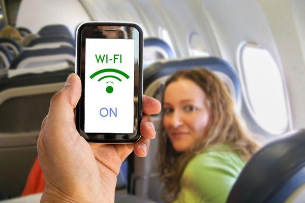 Como usar el movil durante un vuelo. Claves para usar el movil en un avion. La explicación de por qué no se puede usar el teléfono en el avión