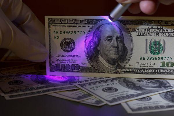 Claves para reconocer los dólares falsos. Cómo identificar un billete de dólar falso. Guía para reconocer dólares falsos. Saber si un dólar es falso