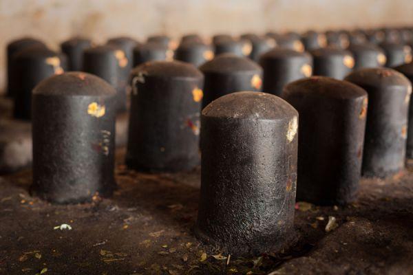 Qué es la piedra shiva lingam. Como se usa la piedra shiva lingam. Para qué sirve la piedra shiva lingam. Beneficios de usar la piedra shiva lingam