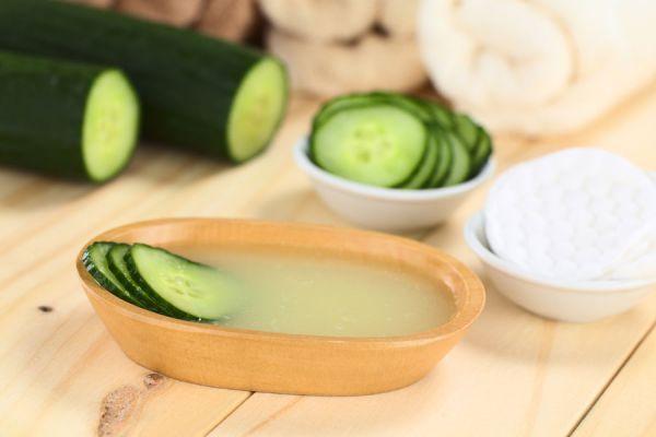 Recetas para hacer tónicos de pepino para la piel. 3 recetas de tónicos caseros a base de pepino. Beneficios del pepino para la piel