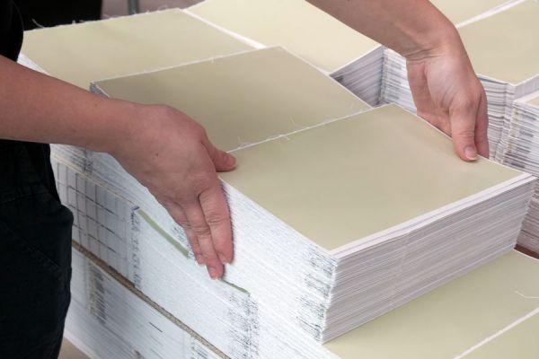 Encuadernación de libros con costura. Pasos para encuadernar libros cosiendo las hojas. Cómo coser hojas sueltas de un libro.