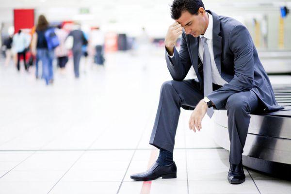 Personas que asumen actitudes de autoboicot. Comportamientos negativos de personas infelices. Actitudes de un hombre infeliz