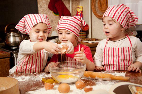 Cosas que aprenden los niños cuando cocinan. Beneficios de cocinar con los niños. Que aprenden los niños al cocinar con los padres?