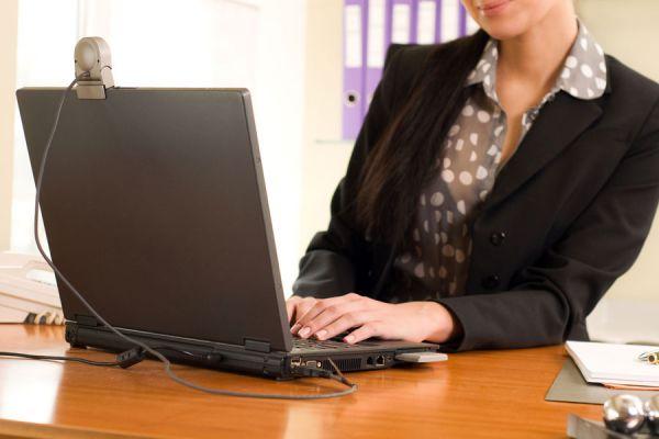 Claves para tener una buena entrevista laboral por videollamada. Cómo tener una buena entrevista por videollamada. Entrevista de trabajo via skype