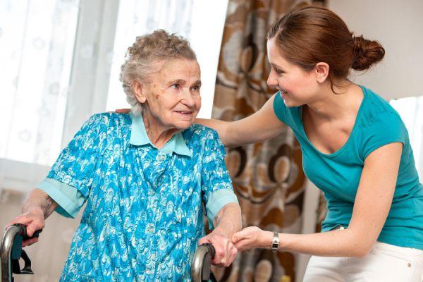 Tips para cuidar a nuestros padres cuando son ancianos. Aprende a cuidar familiares de la tercera edad. Apoyo familiar para cuidar a personas mayores