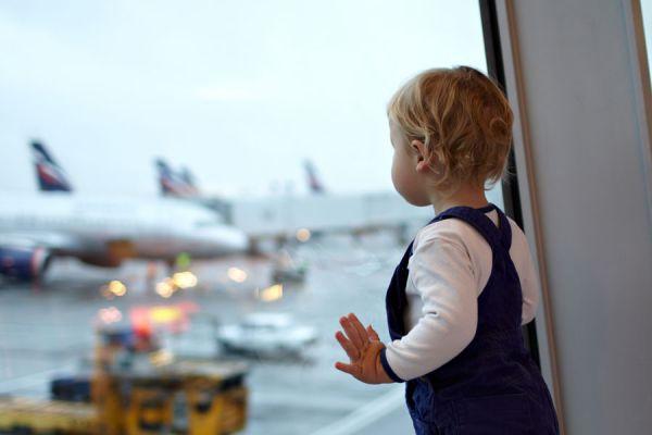 Tips para volar con un bebé. Claves para viajar en avión con tu bebé. Consejos para ir de vacacione en avión con el bebé
