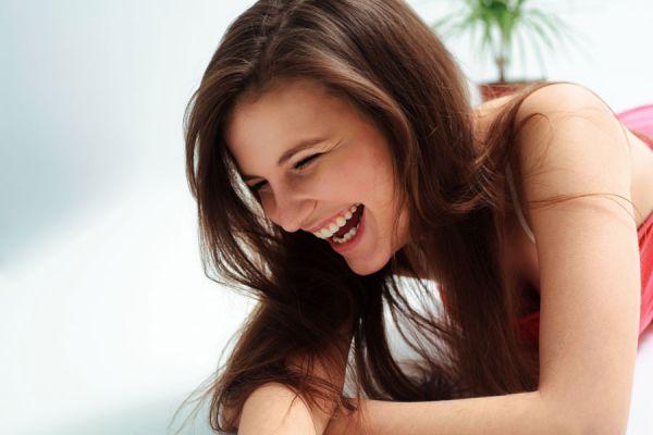 Cómo encontrar motivos para reir. Tips para reir y ser positivos. Reir nos hace mas saludables. Beneficios de hallar razones para reir