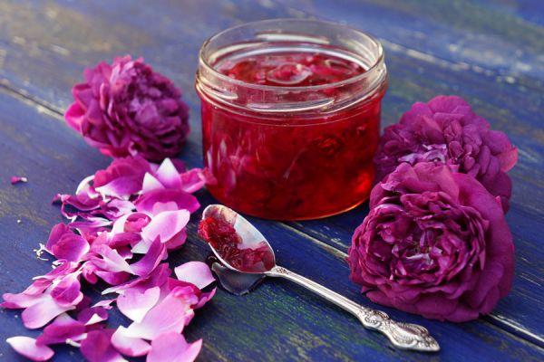 Cómo preparar jalea de rosas. Ingredientes y preparación del a jalea de rosas. Cómo preparar mermelada de pétalos de rosa. Receta de jalea de rosas