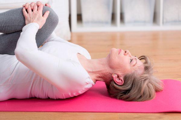 Estiramientos simples para la espalda. Aliviar dolores de espalda con estiramientos. 6 ejercicios para aliviar la espalda