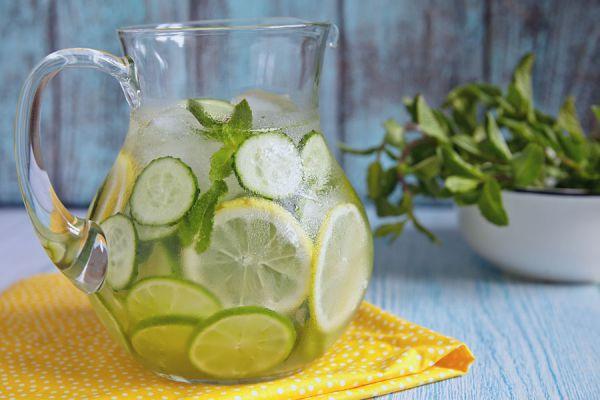 Receta para hacer agua sassy casera. Cómo preparar sassy water. Ingredientes para preparar agua sassy en casa. Prepara tu propia agua sassy