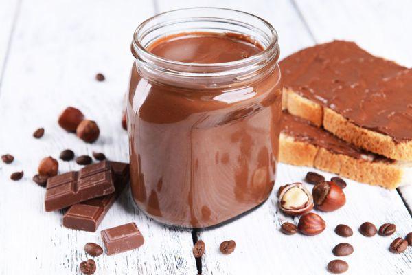 Receta para preparar nutella casera. Cómo hacer crema de avellanas casera. Ingredientes para hacer nutella en casa.