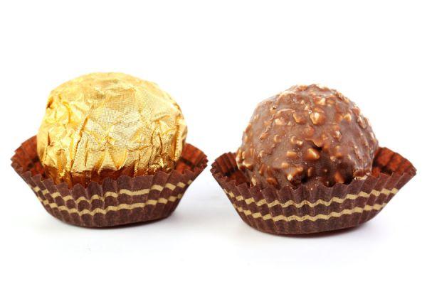Cómo preparar bombones Ferrero Rocher caseros. Ingredientes para hacer ferrero rocher caseros. Cómo hacer bombones de avellanas caseros