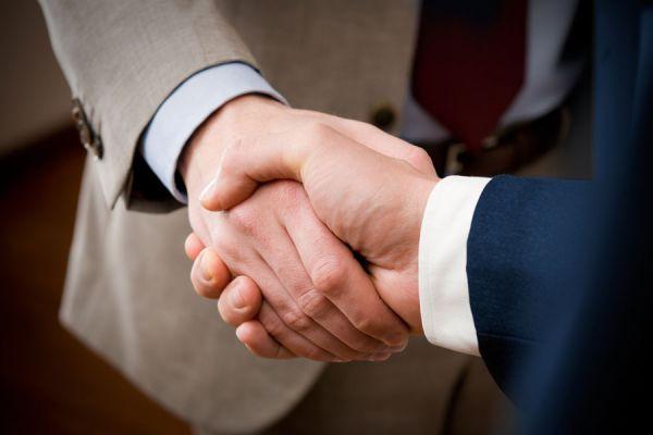 Consejos para aprender a negociar un contrato. Claves para negociar un contrato para tu empresa. Tips para llegar a un acuerdo y firmar un contrato