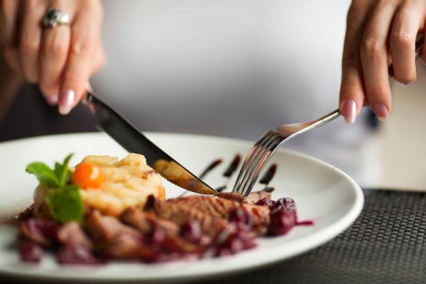 Ventajas de comer más despacio. Por qué es bueno comer más lento. Trucos para comer más lento. Consejos para comer despacio