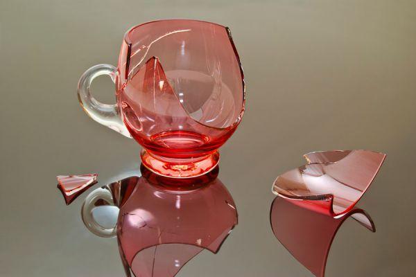 Una taza de vidrio rota tiene su significado