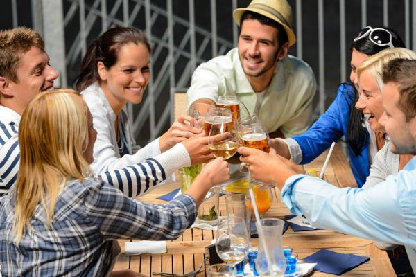 Consejos para saber cómo comportarse en la mesa. Guía de protocolo para comportarse en la mesa. Cómo comportarse en una mesa formal
