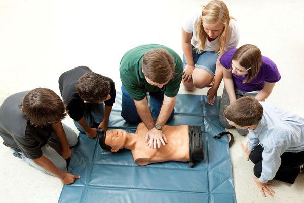 Errores que se comenten en primeros auxilios. Cosas que no debes hacer en una emergencia. Errores habituales en los primeros auxilios