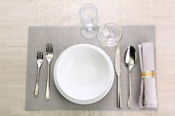 Guía para usar correctamente los cubiertos. Uso correcto de los cubiertos en cenas formales. Uso protocolar de los cubiertos.