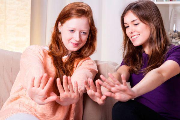 Cómo decorar tus uñas con dibujos fácil y rápido. Método simple para decorar las uñas con dibujos. Decoración de uñas fácil y sin pintar
