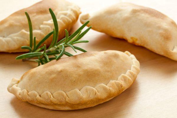 Cómo preparar masa para empanadas. 3 recetas para hacer masa casera de empanadas. Cómo hacer tapas para empanadas. Masa para empanadas fritas