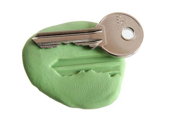 Haz un duplicado de tu llave con plástico. Pasos para hacer una copia de la llave de emergencia. Cómo duplicar una llave con plástico