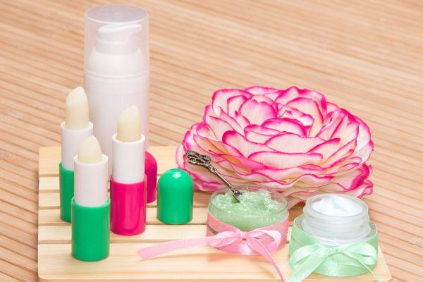 Receta para hacer labiales artesanales. Cómo preparar tus propios bálsamos labiales caseros. Bálsamos labiales artesanales