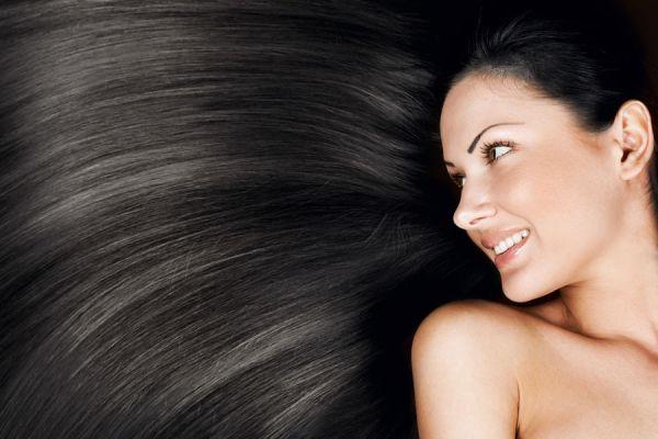 Cómo dar brillo y mejorar el pelo negro. Ingredientes naturales para resaltar el cabello negro. Cómo acentuar el pelo negro naturalmente