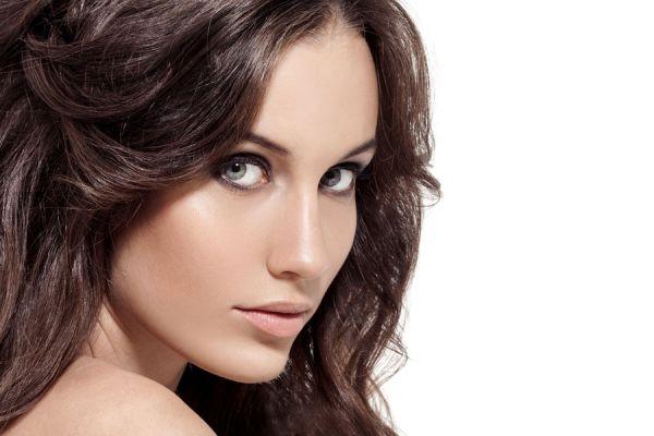 Cómo dar brillo y mejorar el pelo castaño. Ingredientes naturales para resaltar el cabello castaño. Cómo acentuar el pelo castaño naturalmente