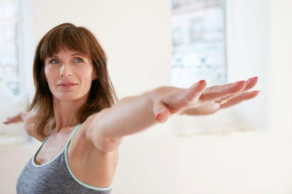 Como relajar el cuerpo en la oficina con yoga. Yoga para liberar tensiones en la oficina. Ejercicios de yoga para hacer en el trabajo