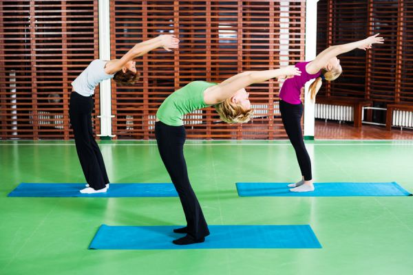 Ejercicios de yoga para saludar al sol. Asanas de yoga de precalentamiento. 12 posturas básicas de yoga de calentamiento. Asanas para saludar al sol