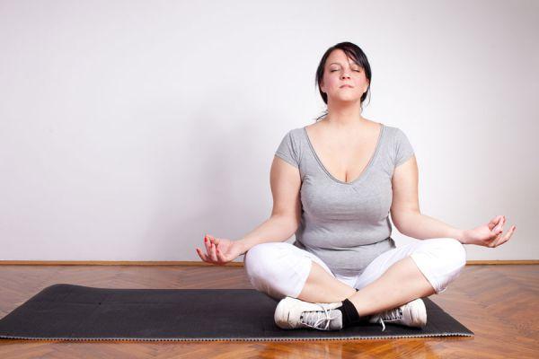 Tecnicas para practicar yoga si tienes sobrepeso. Asanas de yoga saludables para mujeres con sobrepeso. Yoga para personas con sobrepeso