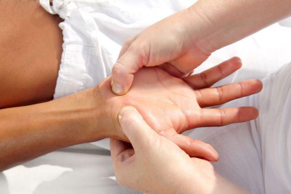 Cómo aliviar el estres presionando las manos. Técnica de presión de los dedos para eliminar el estres. Combatir el estres presionando los dedos