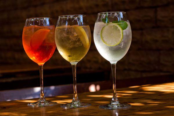 Recetas con vino blanco. Cocteles con vino blanco. 5 refrescos para disfrutar con vino blanco. Recetas de cocteles y aperitivos con vino blanco