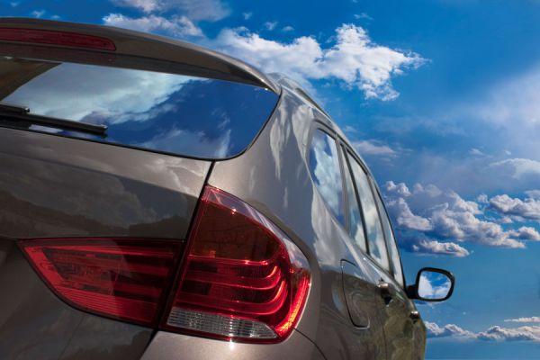 Métodos para quitar las pegatinas del coche. Cómo retirar las marchas adhesivas del coche. Retirar los adhesivos con marcas del coche